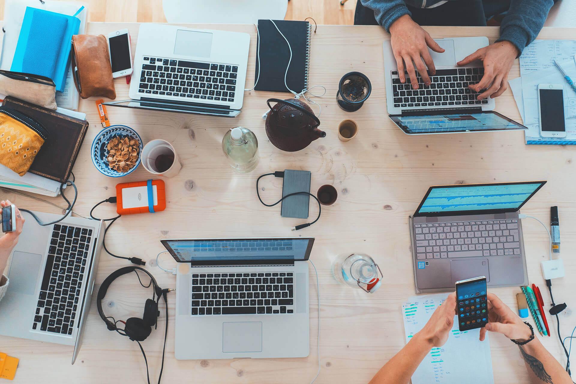 <h2>Komputer</h2> <p>Jaki komputer do nowej firmy?</p> <p>Mamy w ofercie szerokie portfolio komputerów i notebooków od sprawdzonych producentów. <strong>NIE STRESUJ SIĘ</strong> olbrzymim wyborem modeli, konfiguracji, wariantów czy opcji. Nie trać Twojego cennego czasu na szukanie informacji i przeczesywanie setek ofert.</p> <p>Zostaw to nam a my pomożemy dobrać sprzęt idealny do Twoich potrzeb i na miarę Twojego budżetu. <strong>Powiedz nam co chcesz robić i czego oczekujesz od sprzętu a dobierzemy idealnie dopasowany model z optymalną konfiguracją.</strong></p>