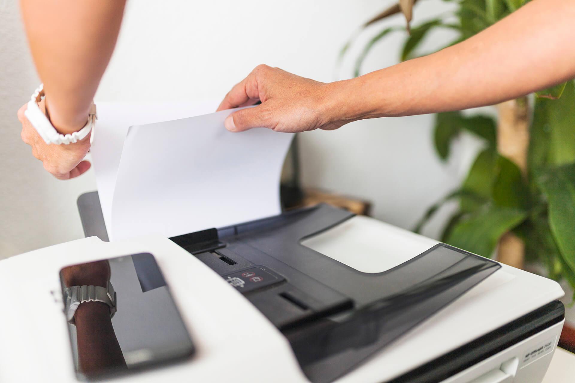 <h2>Urządzenia drukujące</h2> <p>Jaką drukarkę wybrać do obsługi biura?</p> <p>Przy wyborze sprzętu drukującego bez którego trudno sobie wyobrazić funkcjonowanie współczesnego biura trzeba również zwrócić uwagę na szereg aspektów.<span class=